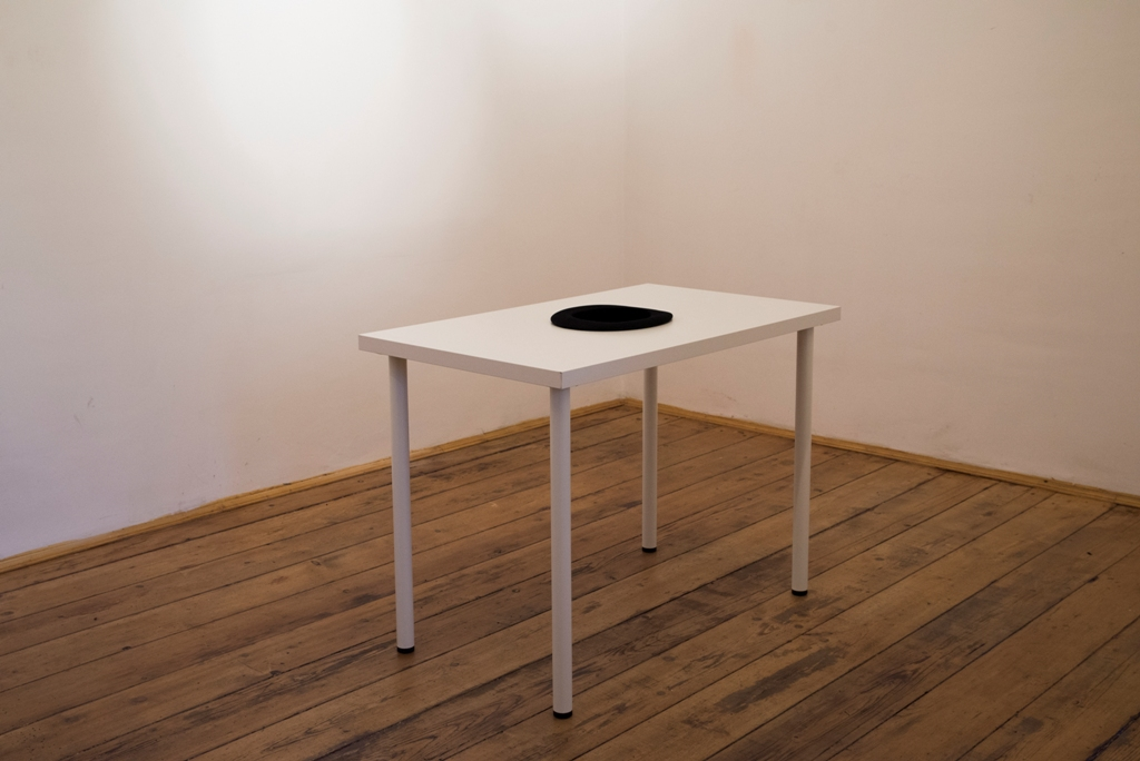 Belu simion f inaru no one is home anca poterasu gallery for Table cuisine 70 x 100